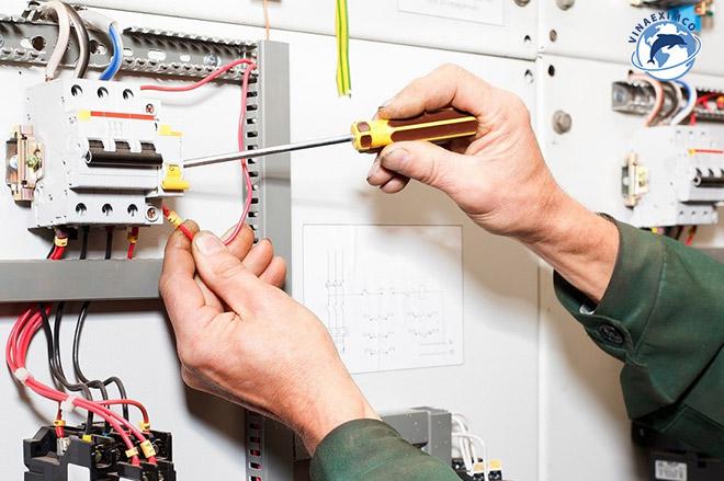 Kỹ sư điện làm việc tại Nhật Bản