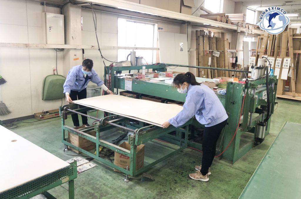 Nữ thực tập sinh đang sản xuất giấy dán tường tại Nhật Bản