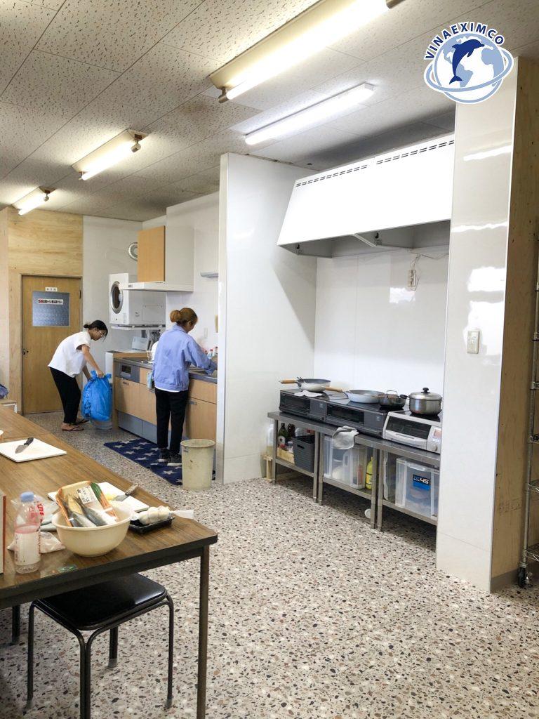 Thực tập sinh đang dọn dẹp sau giờ làm việc tại Nhật Bản