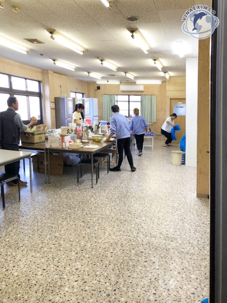 Thực tập sinh đang nấu ăn sau giờ làm việc tại Nhật Bản