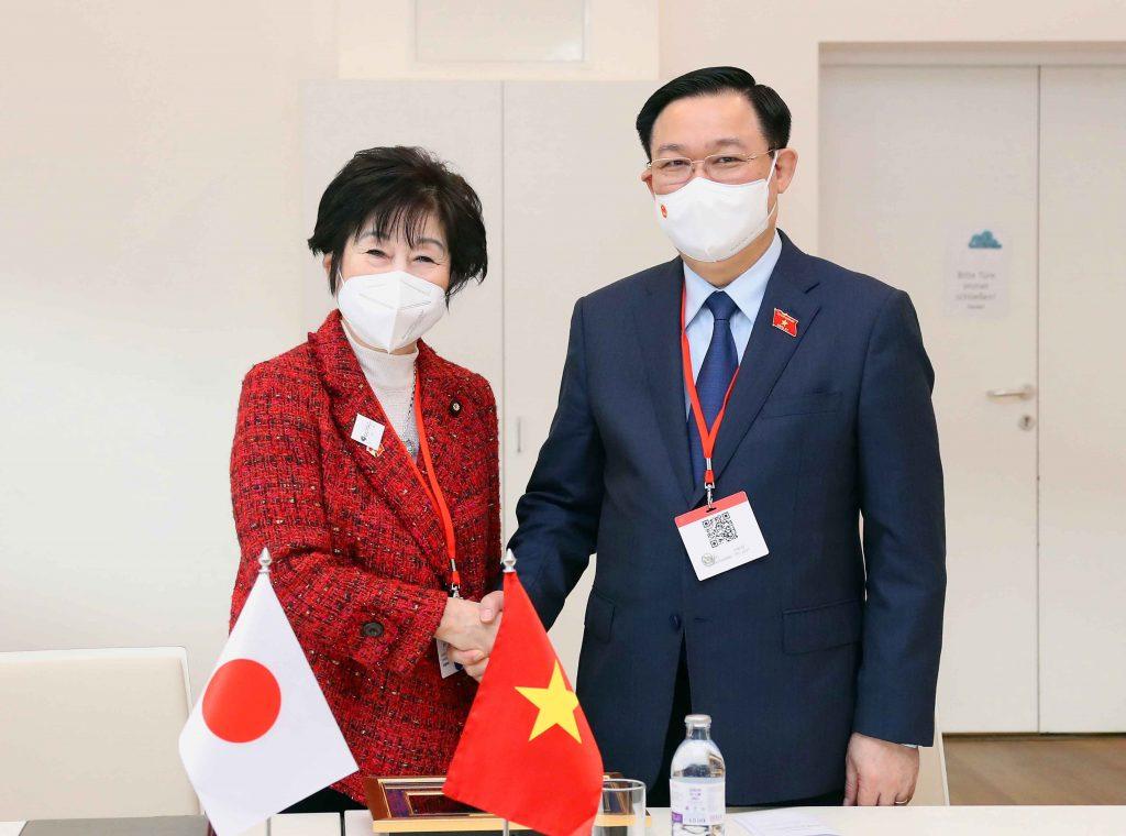 Chủ tịch Quốc hội Vương Đình Huệ và Chủ tịch Thượng viện Nhật Bản Santo Akiko khẳng định hai nước sẽ tiếp tục hỗ trợ nhau để cùng vượt khó khăn do đại dịch COVID-19 gây ra. Ảnh: VGP/Thành Chung